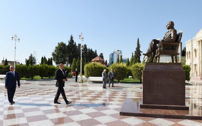 Президент Ильхам Алиев посетил в Хачмазе памятник общенациональному лидеру Гейдару Алиеву