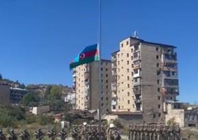 Маис Бархударов поднял флаг Азербайджана на площади Флага в Шуше