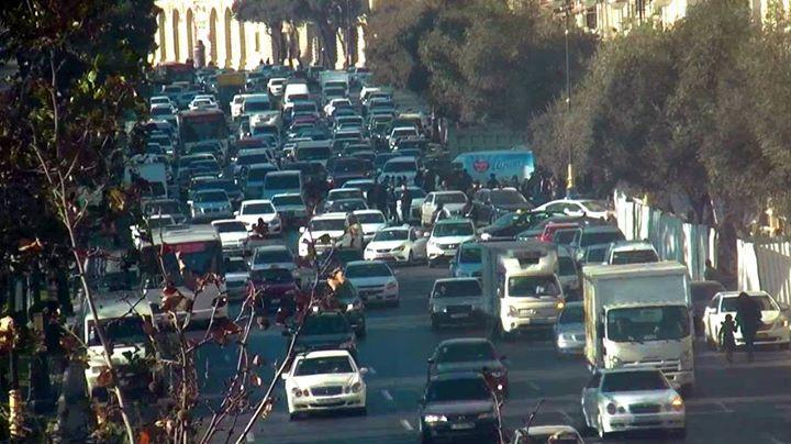 Движение на бакинских улицах стабильное