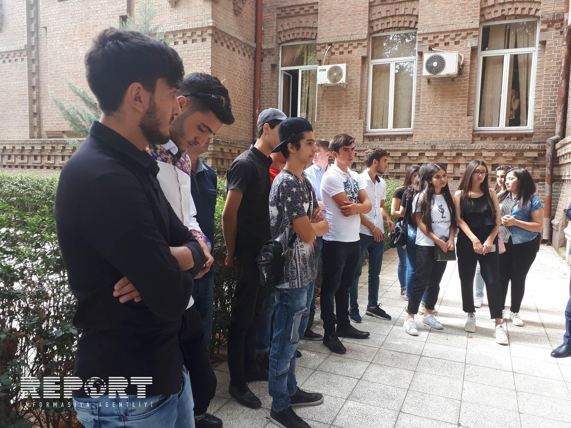 Gürcüstanda ali məktəblərə qəbul ola bilməyən azərbaycanlı abituriyentlər etiraz edirlər