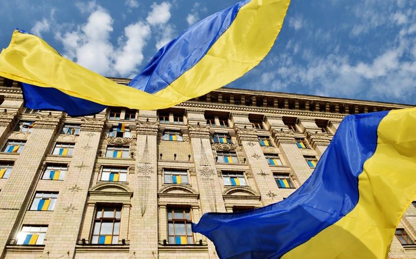 Ukraynada kişi deputatın başına kərpic vurub