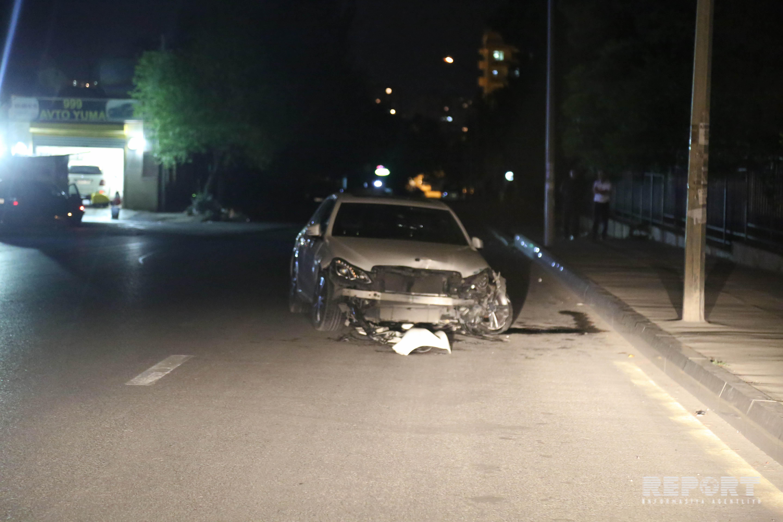 В Баку машина врезалась в ворота Медуниверситета, женщина вылетела из окна - ФОТО