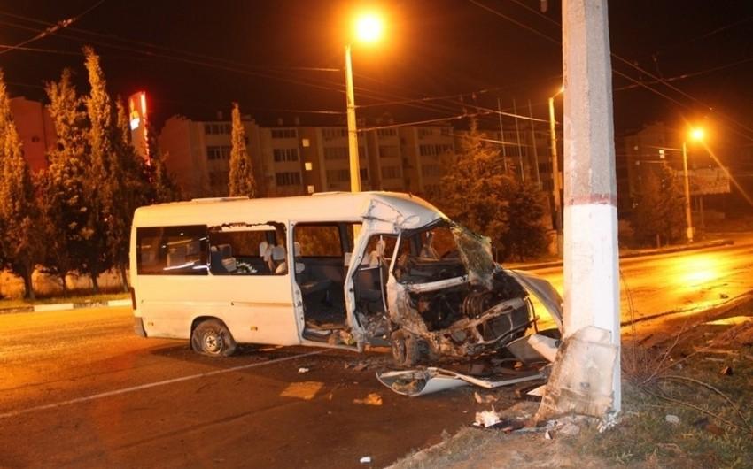 Mingəçevirdə marşrut avtobusu traktorla toqquşub, yaralananlar var