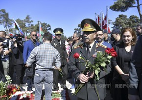 Azerbaijani defense minister visits Second Alley of Honors