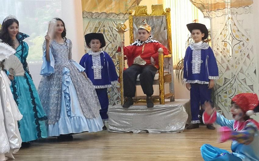 Bakı məktəbliləri Şekspirin Kral Lir əsərini ingilis dilində səhnələşdirib - FOTO