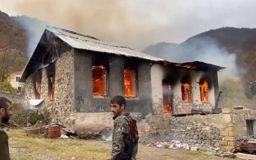 BBC: Ermənilər evlərə od vurub ərazini tərk edirlər