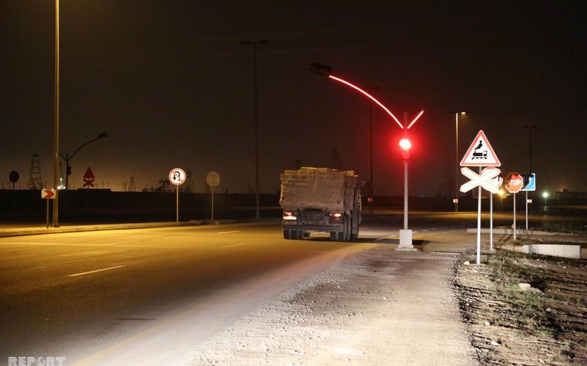 Bakıda minik avtomobili qatarla toqquşub, xəsarət alanlar var - FOTO