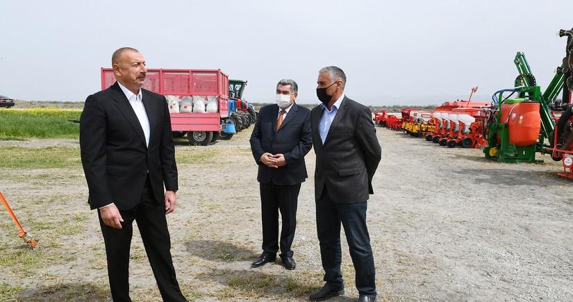 Президент посмотрел процесс начала посева на хлопковом поле фермера