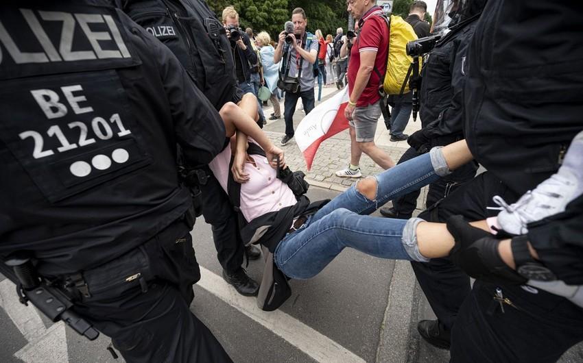 Berlində etirazlar zamanı 60-dan çox polis xəsarət alıb