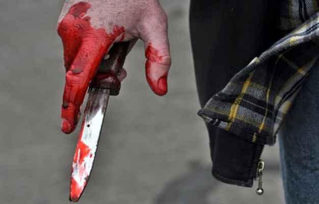 В Лянкяране мужчина ударил ножом двух знакомых и ранил себя