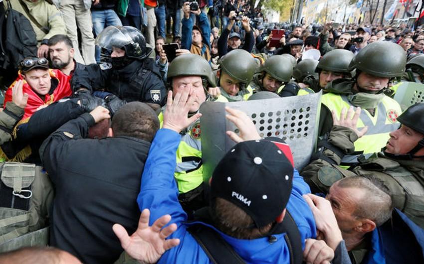 Ukraynada polislə etirazçılar arasında toqquşma olub