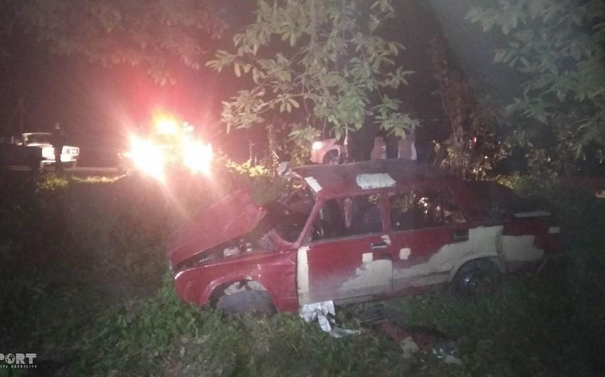 Masallıda maşın yoldan çıxaraq dərəyə düşüb, 4 nəfər yaralanıb - FOTO