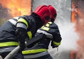 В Баку пожарные спасли 4 человек из огня