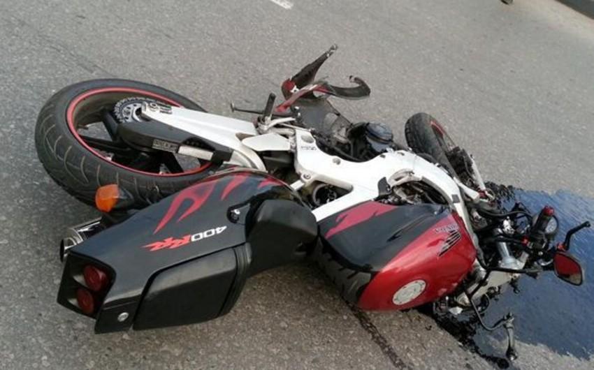 Biləsuvarda motosiklet qəzası olub, xəsarət alan var