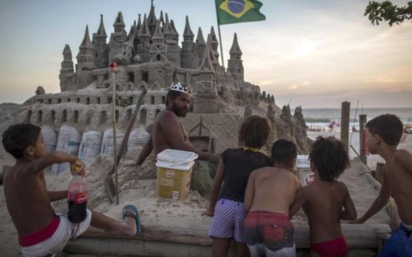 Braziliyada kişi 22 ildir qum qalasında yaşayır - FOTO