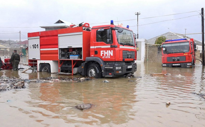 В Баку некоторые дома затопили дождевые воды