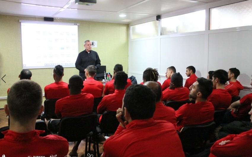 Frits Ştuxlik Neftçinin məşqçi və futbolçuları üçün seminar keçirdi