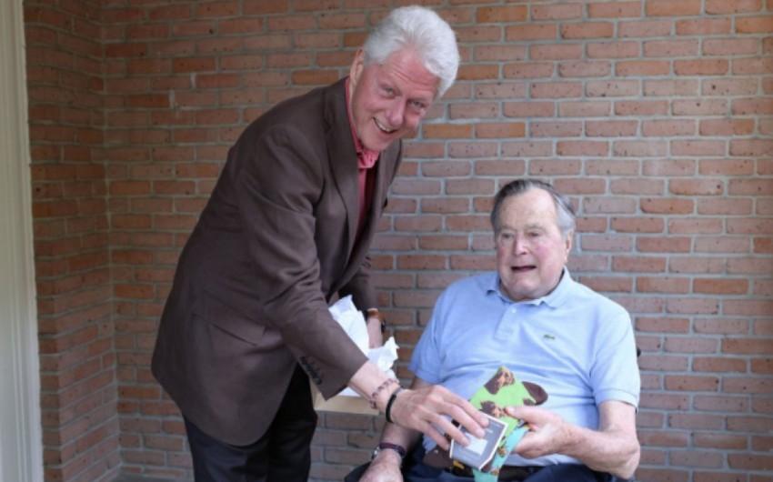 ABŞ-ın keçmiş prezidenti Bill Klinton sələfinə corab hədiyyə edib