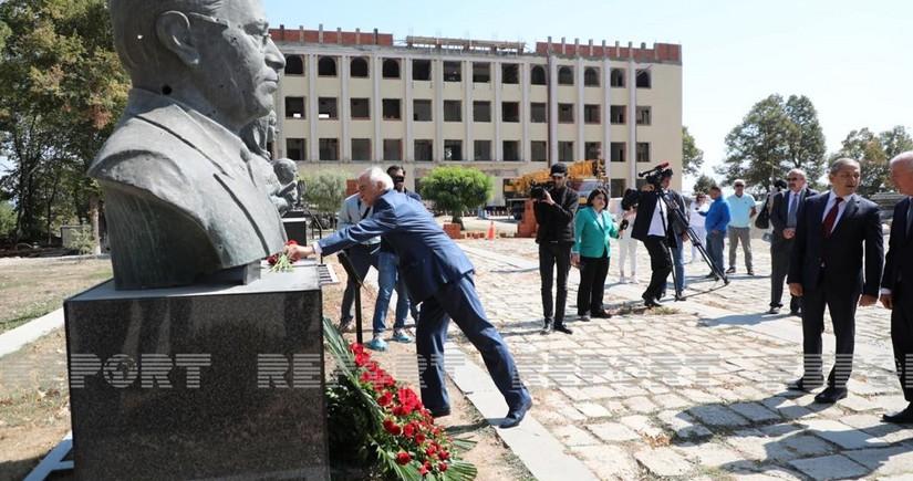 Mədəniyyət xadimləri Güllələnmiş heykəlləri ziyarət edib