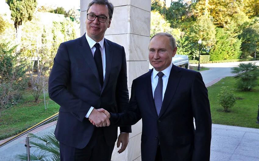 Rusiya prezidenti Vuçiçə Serbiya kralının silahını hədiyyə edib