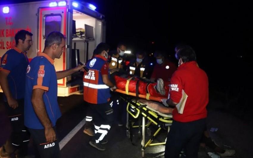 Türkiyədə miqrantları daşıyan mikroavtobus aşıb, ölən və yaralananlar var