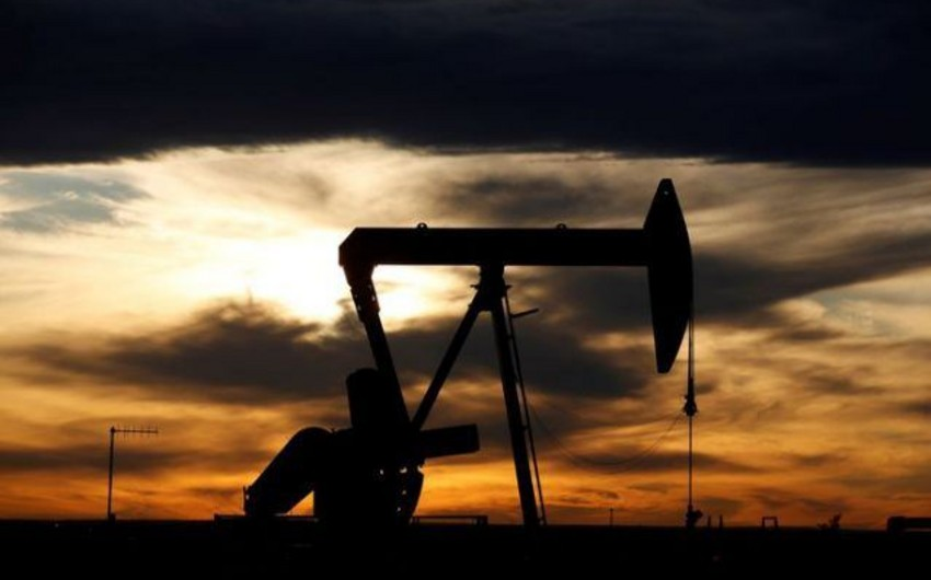ABŞ-da ehtiyatların azalması fonunda neft bahalaşır