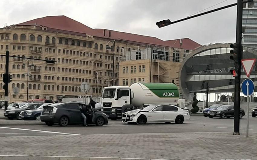 На одном из проспектов Баку водители спровоцировали аварию - ФОТО