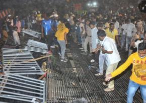 Hindistanda tribuna çöküb, 100-ə yaxın şəxs yaralanıb - FOTO