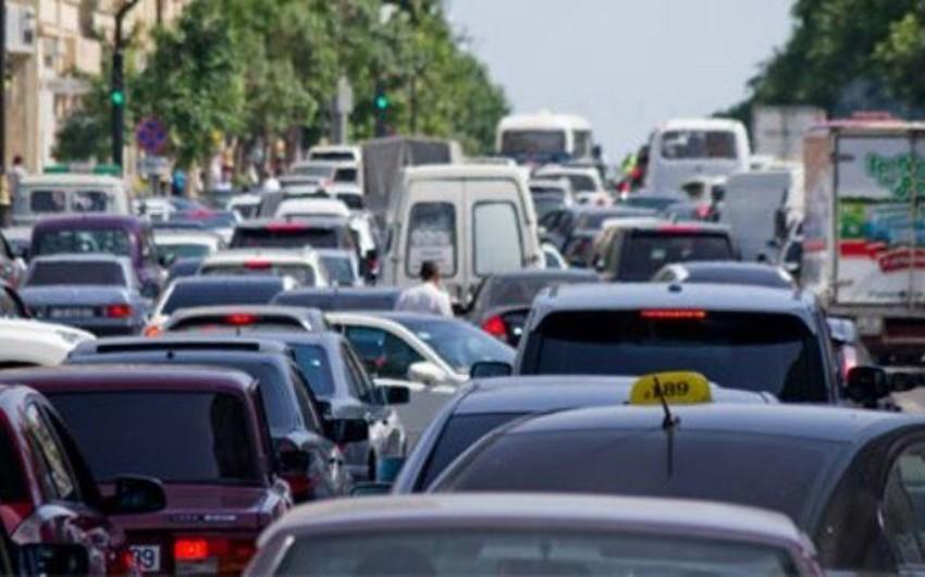 Bakıdakı bəzi yollarda avtomobillərin nisbi sıxlığı müşahidə edilir