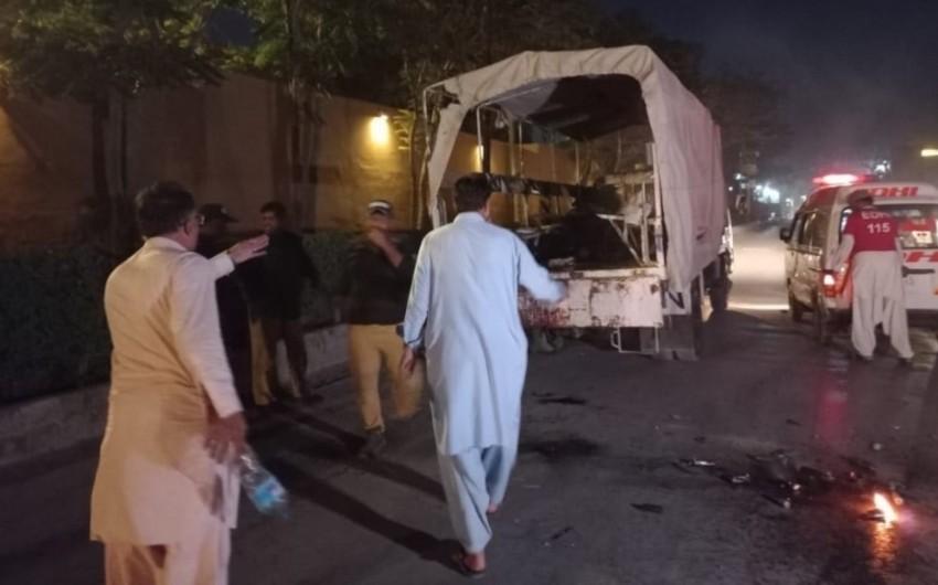 Pakistanda partlayış zamanı polis əməkdaşları həlak olub, yaralılar var