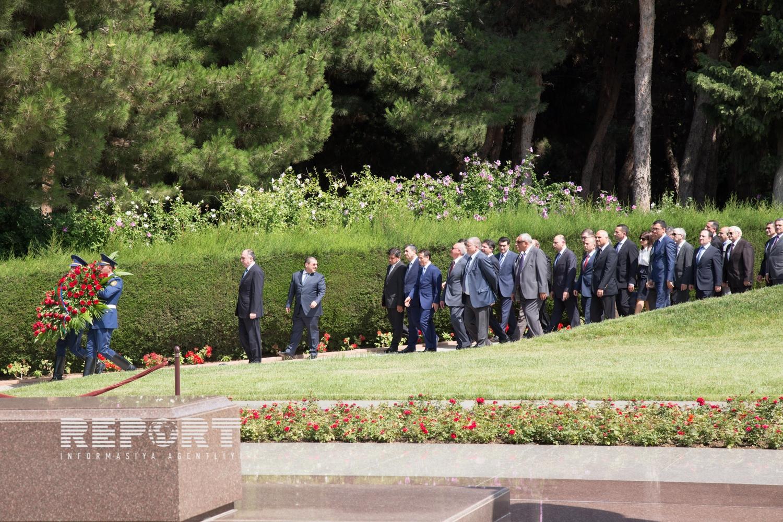Азербайджанские дипломаты посетили Аллею почетного захоронения