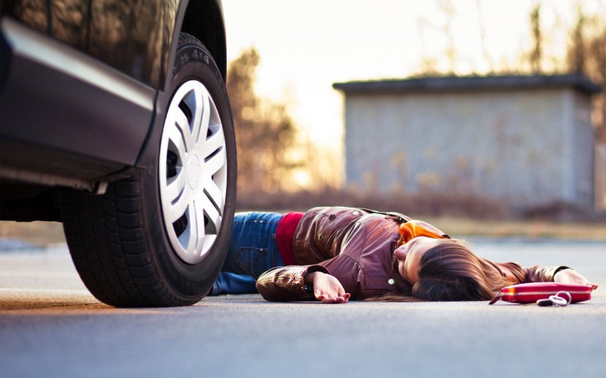 Bakıda avtomobil yolu keçən qadını vuraraq öldürüb