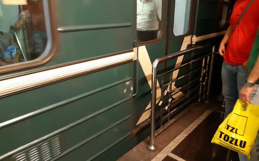 Bakı metrosunda maşinist stansiyaya çatmamış qatarın qapılarını açıb - VİDEO