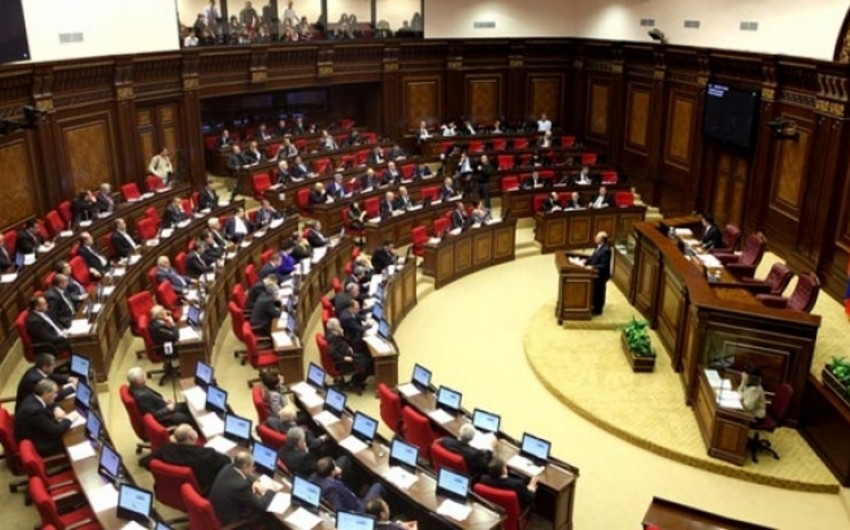 Ermənistan parlamentində yenə dava düşüb