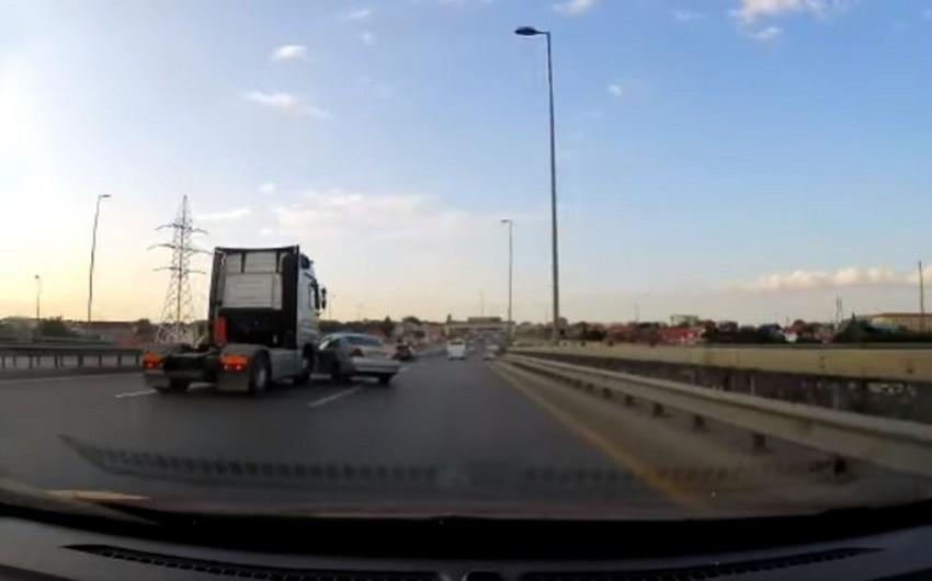 Bakıda Tır minik avtomobilini vuraraq yoldan kənara atıb - VİDEO