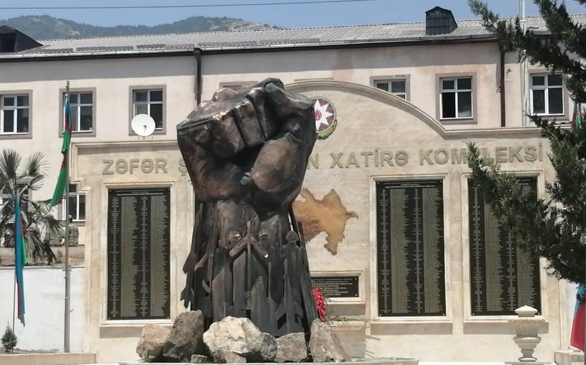 В Гадруте установлен памятник Железный кулак