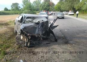 В Огузе автомобиль врезался в дерево, есть погибшие и пострадавшие - ВИДЕО