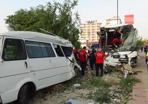 В Турции автобус упал в овраг, 33 человека пострадали