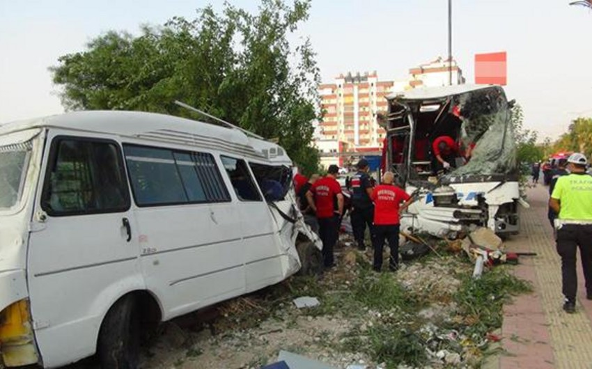 Türkiyədə avtobus dərəyə yuvarlanıb, 33 nəfər yaralanıb