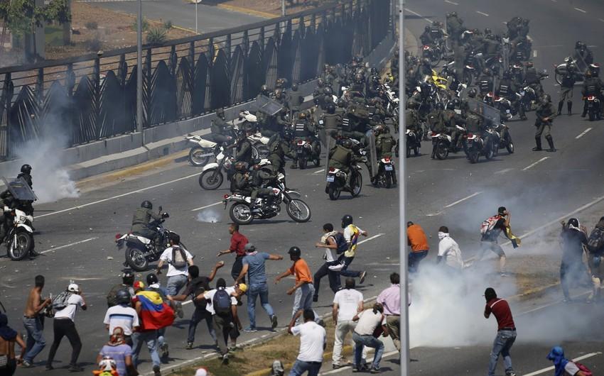 Venesuelada toqquşmalar zamanı 300-dən çox insan xəsarət alıb