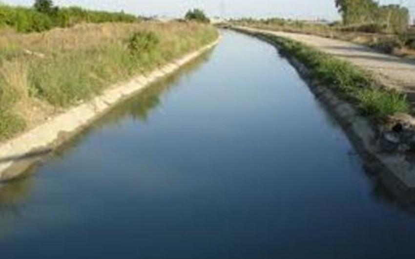 Qaxda 78 yaşlı kişi körpüdən keçərkən su kanalına düşüb