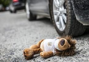 В Баку автомобиль переехал маленькую девочку