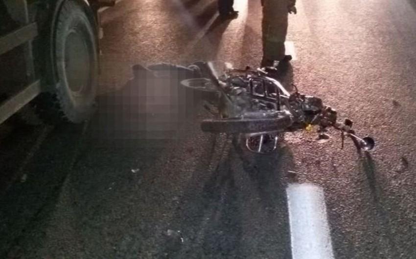 Bakıda motosiklet Kamazla toqquşub, sürücü ağır yaralanıb