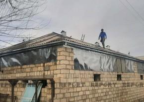 Naftalanda düşmən tərəfindən dağıdılan evlər yenidən bərpa edilir