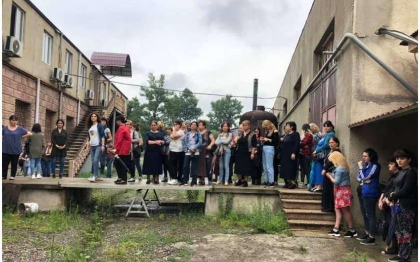 Gürcüstanda tikiş fabrikinin əməkdaşları etiraz aksiyası keçirib