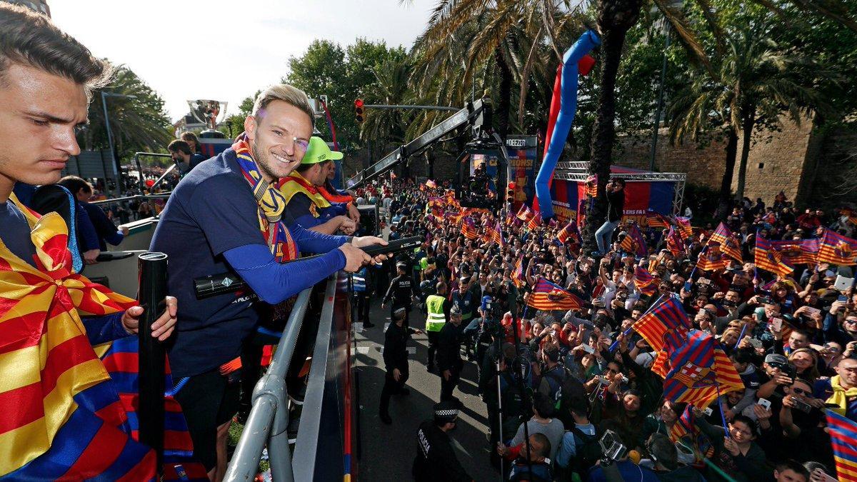 Игроки Барселоны приняли участие в чемпионском параде - ВИДЕО