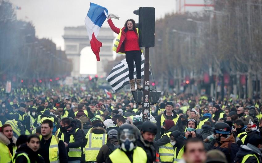 """Fransa polisi """"sarı jiletlilər""""in aksiyasını dağıtdı"""