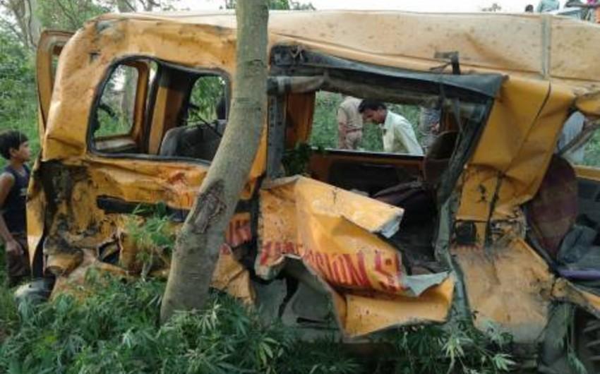 Hindistanda məktəb avtobusunun qatarla toqquşması nəticəsində 11 şagird ölüb