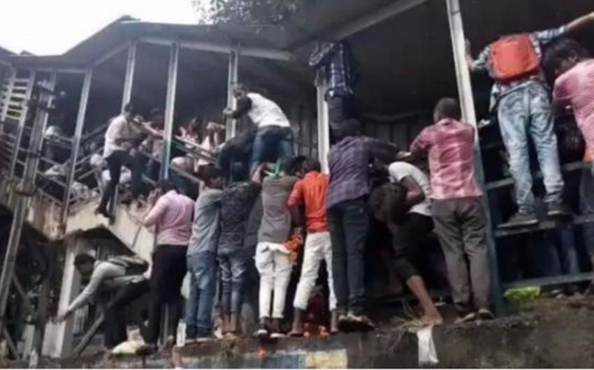В Индии жертвами давки у железнодорожной станции стали 15 человек - ВИДЕО