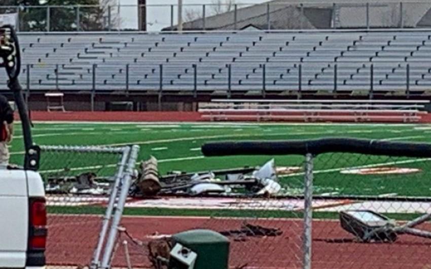 Столб с прожекторами упал на арбитра на футбольном матче в США - ВИДЕО